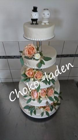 Bryllupskage overtrukket med marcipan og pyntet med friske blomster