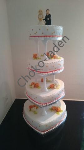 Bryllupskage overtrukket med fondant og med fondant blomster samt satin bånd
